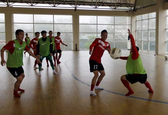 Tuyển VN chân đi tất, tập bóng ném trong nhà futsal ảnh 2