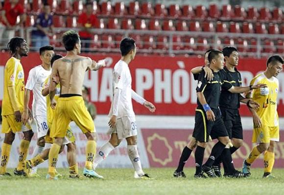Quá khích với trọng tài, Tiến Thành và Quang Hải bị gạt khỏi ĐTVN? ảnh 1
