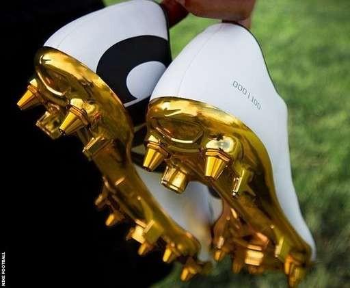 Hoa mắt với đôi giày mạ vàng lấp lánh của Ronaldo ảnh 3