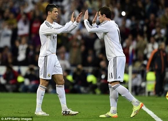Hoa mắt với đôi giày mạ vàng lấp lánh của Ronaldo ảnh 1
