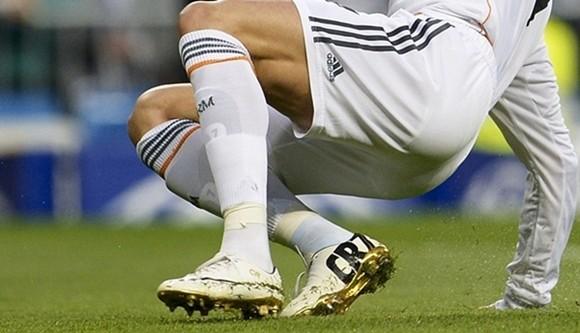 Hoa mắt với đôi giày mạ vàng lấp lánh của Ronaldo ảnh 2