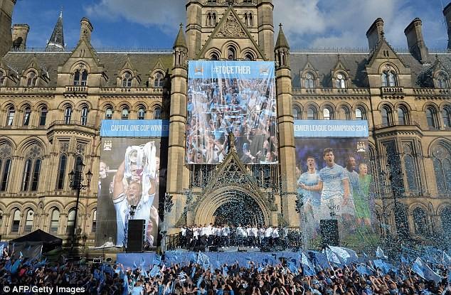 Xem Man City rước cúp phủ xanh thành Manchester ảnh 7