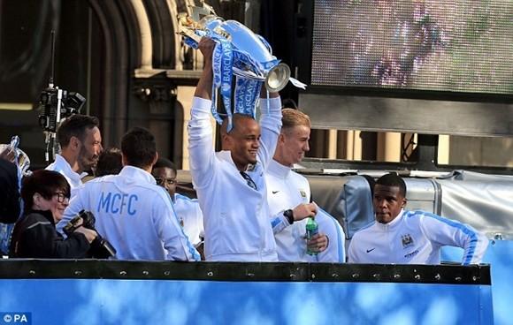 Xem Man City rước cúp phủ xanh thành Manchester ảnh 4