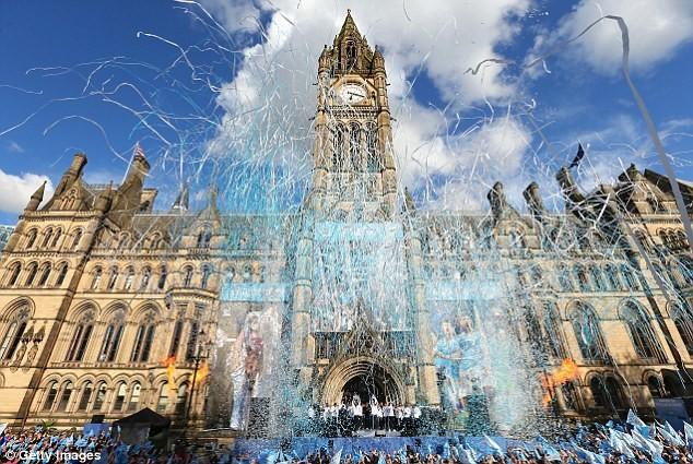 Xem Man City rước cúp phủ xanh thành Manchester ảnh 10