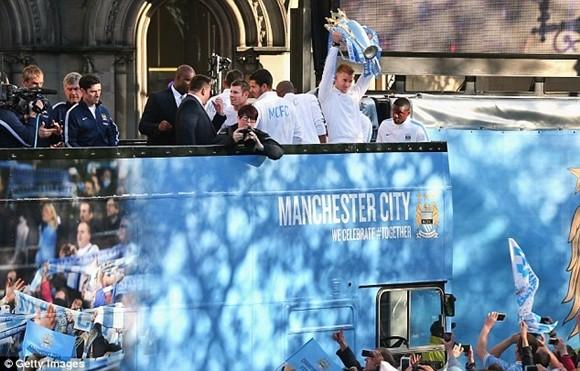 Xem Man City rước cúp phủ xanh thành Manchester ảnh 6