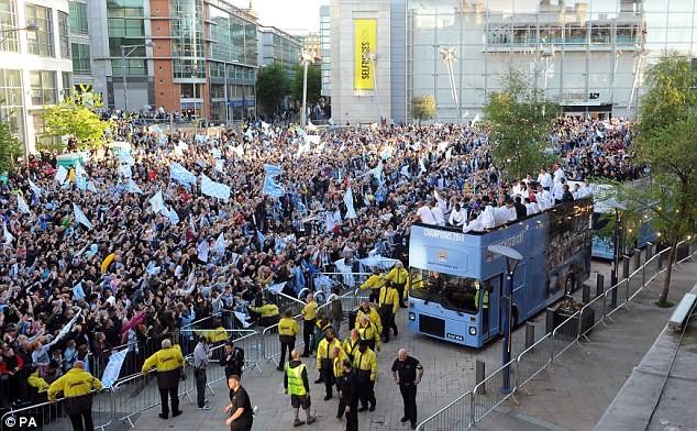 Xem Man City rước cúp phủ xanh thành Manchester ảnh 1