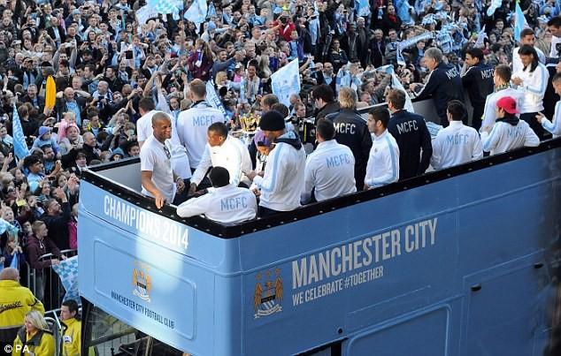 Xem Man City rước cúp phủ xanh thành Manchester ảnh 3