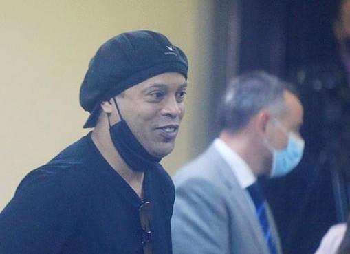 Ronaldinho hớn hở khi được trả tự do ảnh 1