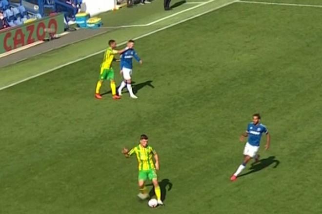 James Rodriguez ngã lăn quay khi bị cựu sao Arsenal đánh vào mặt ảnh 1