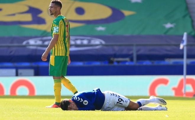 James Rodriguez ngã lăn quay khi bị cựu sao Arsenal đánh vào mặt ảnh 2