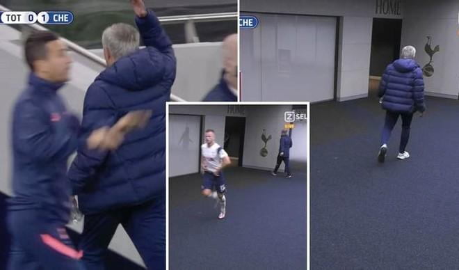 Bi hài cảnh HLV Mourinho vào tận... nhà vệ sinh lôi học trò ra thi đấu ảnh 1