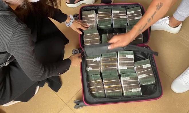 Công Vinh giúp Thủy Tiên rút nguyên vali tiền để cứu trợ đồng bào miền Trung ảnh 2