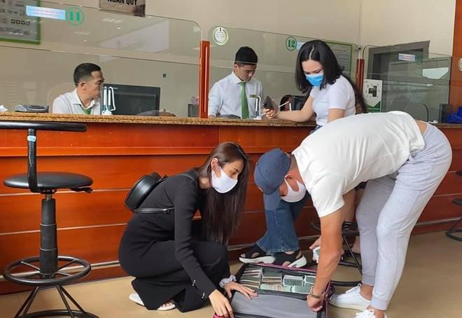 Công Vinh bảo vệ Thủy Tiên đi rút tiền giúp đồng bào