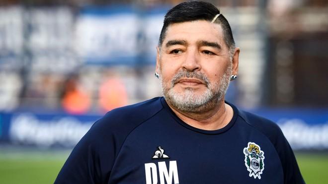Huyền thoại Diego Maradona bất ngờ phải mổ não ảnh 1
