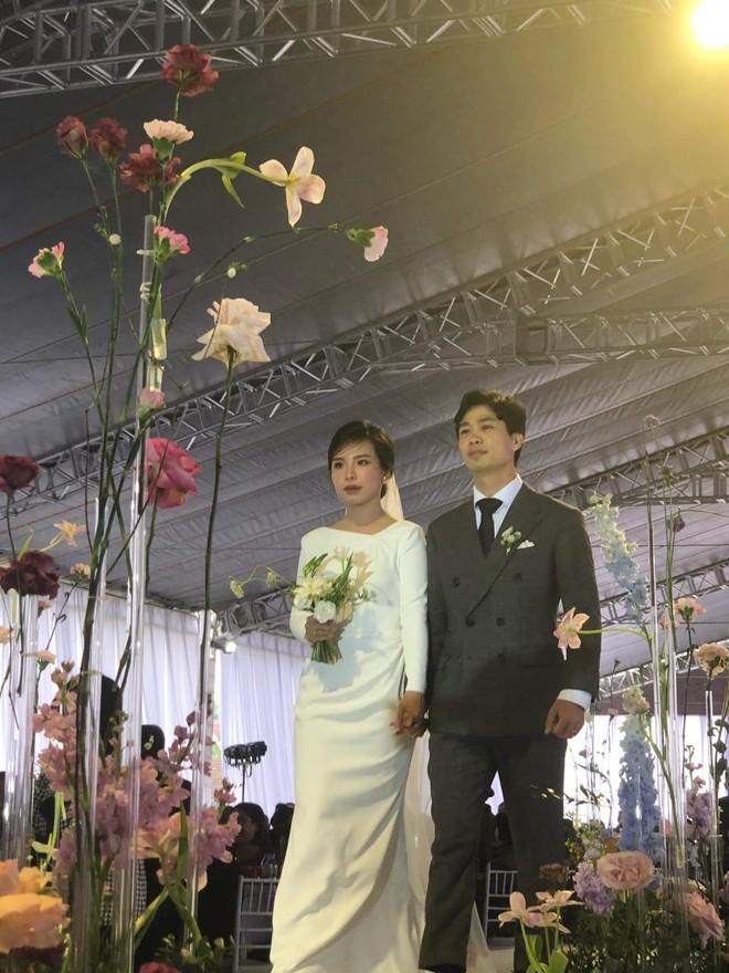 Công Phượng lịch lãm bên Viên Minh trong đám cưới ở quê nhà ảnh 1