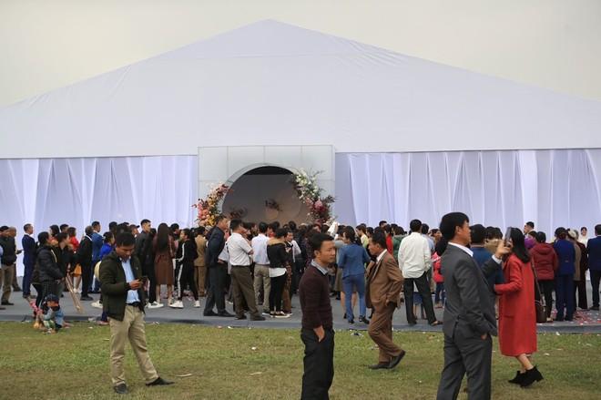 Công Phượng lịch lãm bên Viên Minh trong đám cưới ở quê nhà ảnh 3