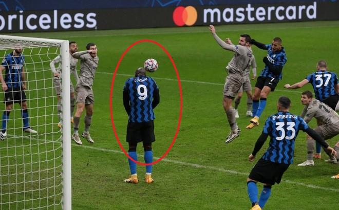"""Lukaku """"tấu hài"""" cực mạnh khiến Inter bị loại cay đắng ảnh 1"""