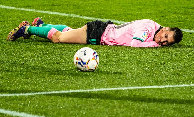 Messi thích thú ngắm nhìn quả bóng khi lập siêu kỷ lục ghi bàn ảnh 1