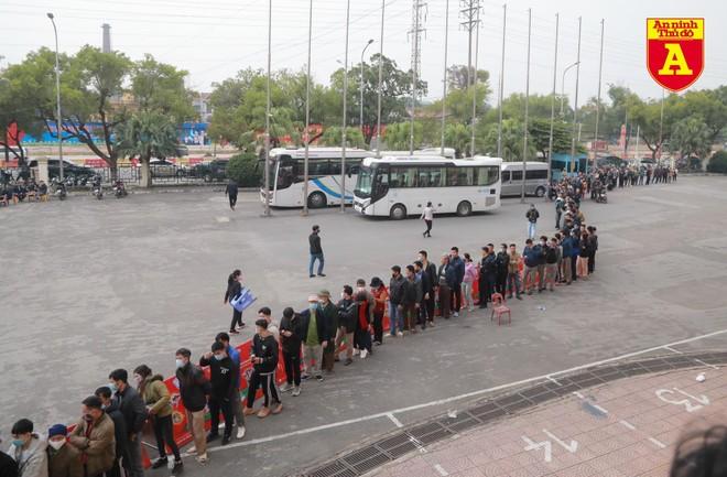 CĐV Phú Thọ xếp hàng dài săn vé xem ĐT Việt Nam ảnh 1