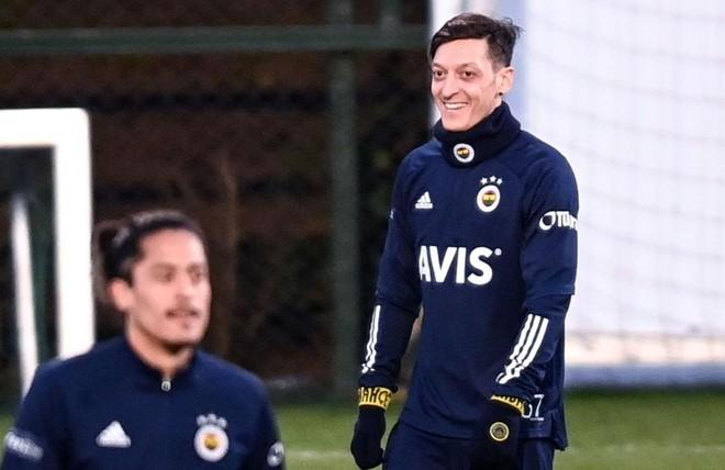 Vì sao Ozil chọn số áo kỳ lạ ở Fenerbahce? ảnh 1