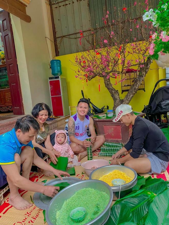 Quang Hải hí hửng gói bánh chưng bên gia đình ảnh 1