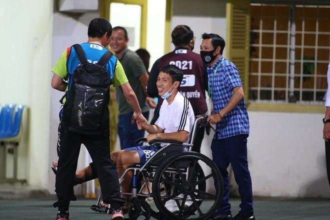 Đỗ Hùng Dũng ngồi xe lăn ra sân Hàng Đẫy cổ vũ đồng đội ảnh 1