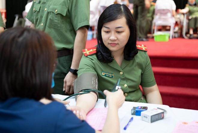 Cán bộ chiến sĩ Cục An ninh Kinh tế tích cực hưởng ứng ngày toàn dân hiến máu tình nguyện ảnh 6