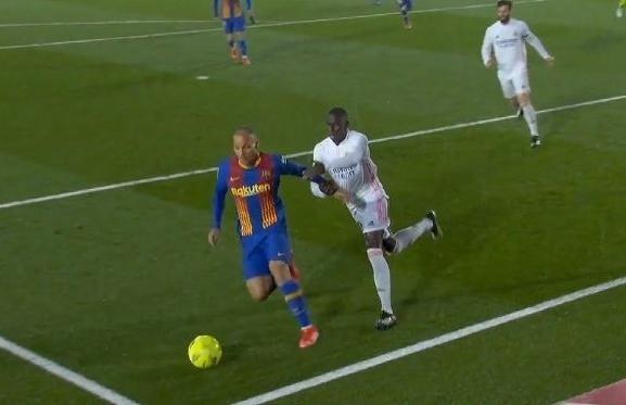 Barca mất oan quả penalty trong trận thua đau Real ảnh 1
