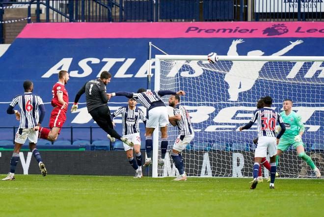 Ghi bàn khó tin, thủ môn Alisson phá vỡ 'quy tắc' thế kỷ của Liverpool ảnh 1