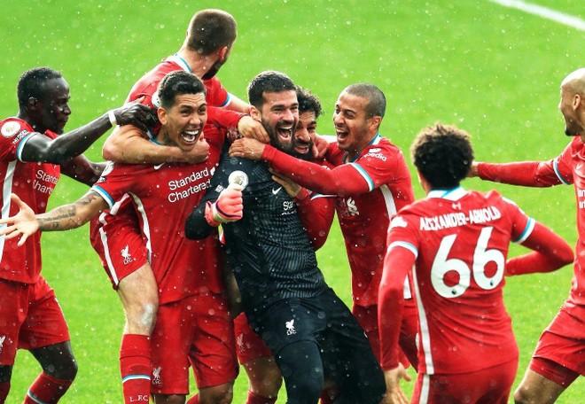 Ghi bàn khó tin, thủ môn Alisson phá vỡ 'quy tắc' thế kỷ của Liverpool ảnh 2