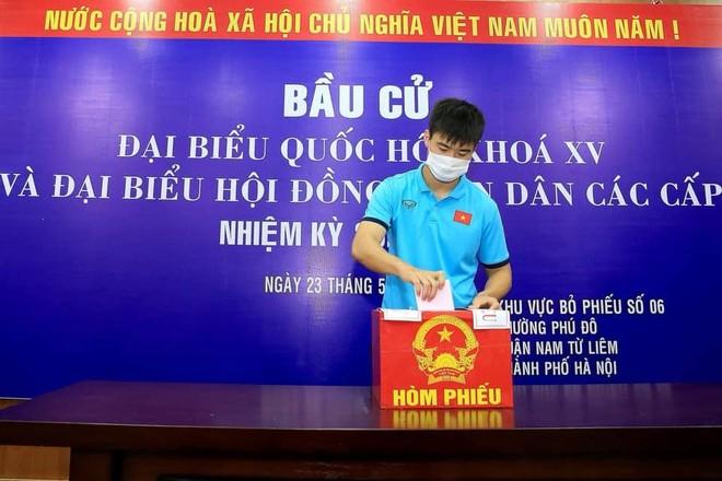 Nhiều tuyển thủ bóng đá quốc gia Việt Nam tự hào lần đầu đi bầu cử tại Hà Nội ảnh 2