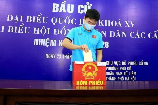 Nhiều tuyển thủ bóng đá quốc gia Việt Nam tự hào lần đầu đi bầu cử tại Hà Nội ảnh 1