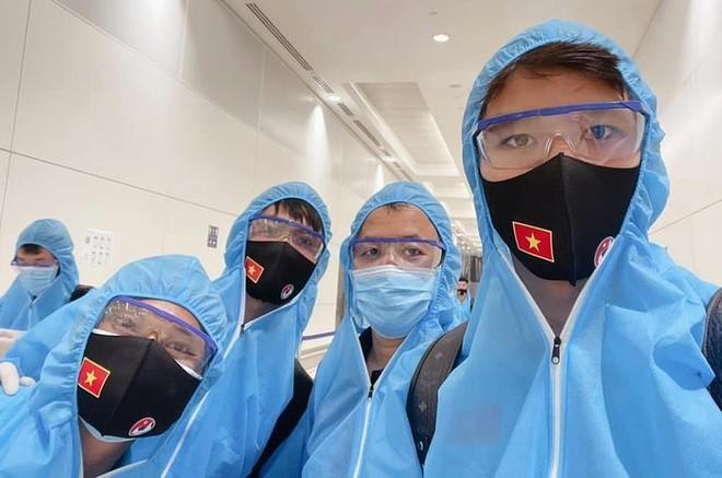ĐT Việt Nam mặc bảo hộ kín mít khi tới UAE ảnh 1