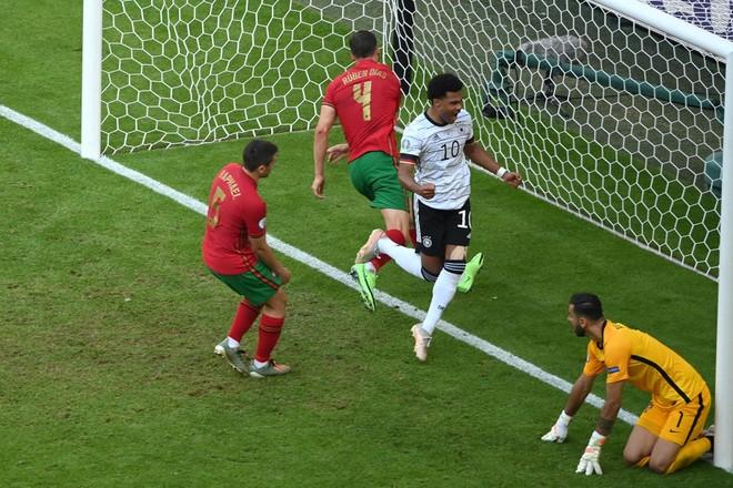 2 hậu vệ 'đốt' lưới nhà, Bồ Đào Nha tủi hổ dâng chiến thắng cho Đức ảnh 2