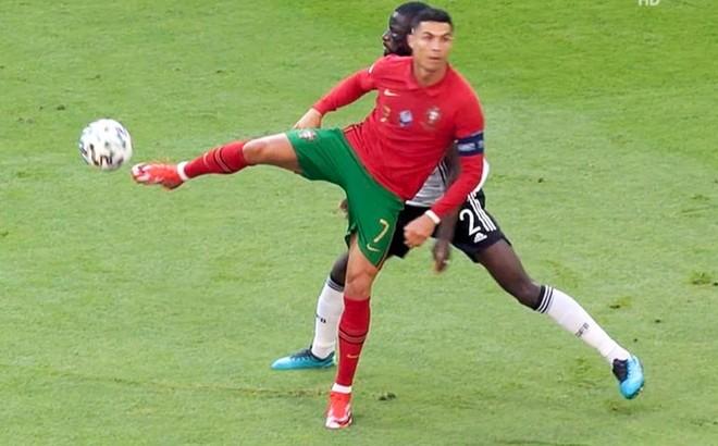 Ronaldo bị cho là 'kẻ ngốc' với hành động coi thường đối thủ ảnh 1