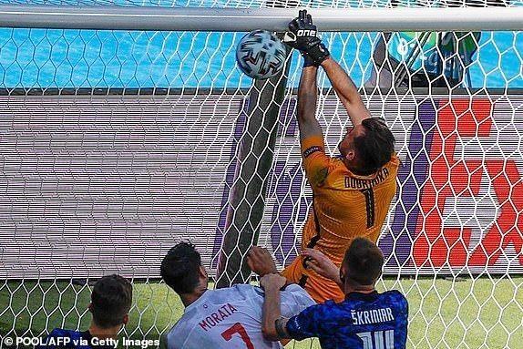Thủ môn Slovakia phản lưới nhà theo cách khó tin ảnh 2