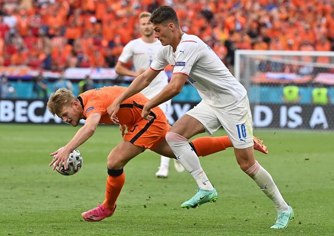 Dùng tay chơi bóng như thủ môn, De Ligt báo hại ĐT Hà Lan ảnh 1