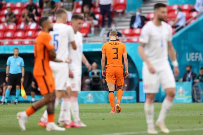 Dùng tay chơi bóng như thủ môn, De Ligt báo hại ĐT Hà Lan ảnh 2