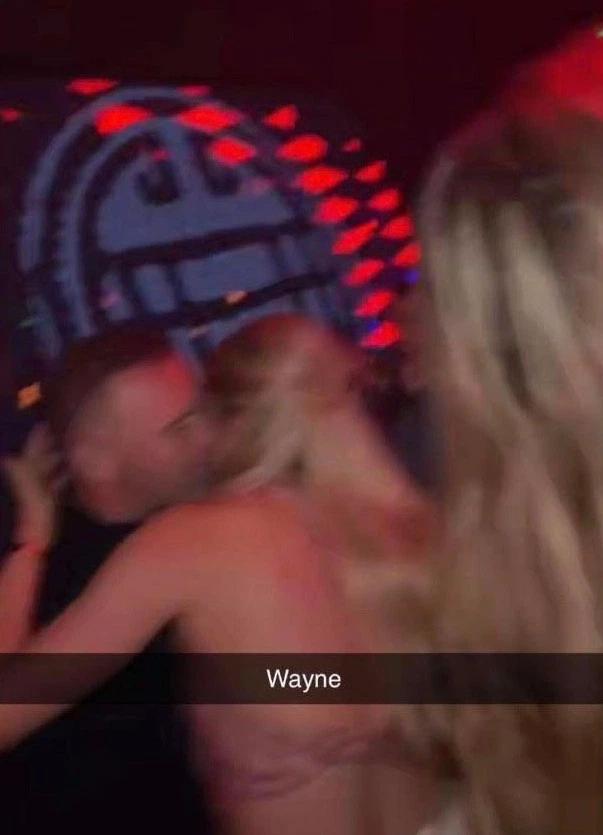 Lộ ảnh 'nóng', Rooney gặp rắc rối to ảnh 1