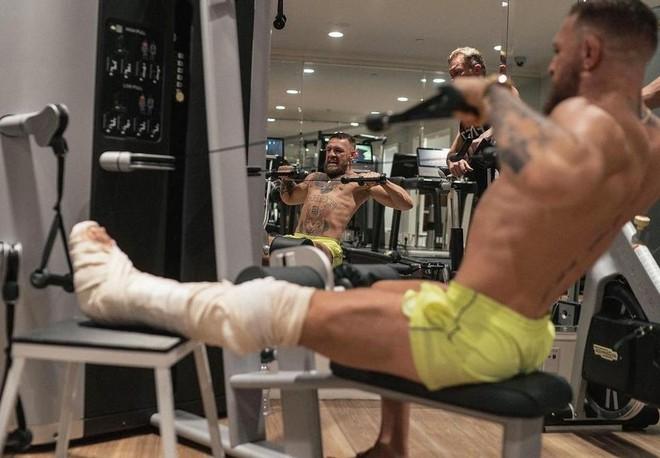McGregor lao vào tập luyện với cái chân bó bột ảnh 2