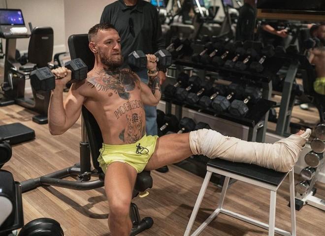 McGregor lao vào tập luyện với cái chân bó bột ảnh 1