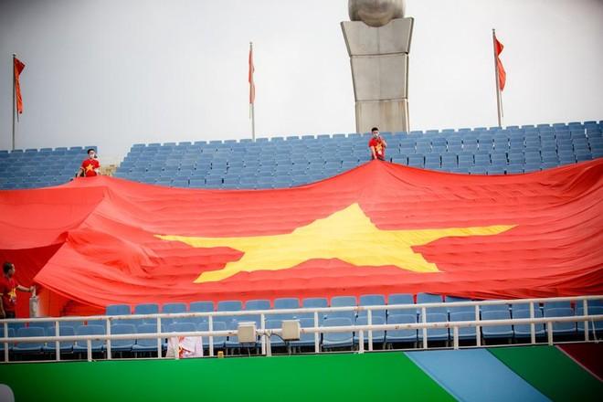 CĐV treo đại kỳ trên sân Mỹ Đình tiếp sức tuyển Việt Nam đấu Australia ảnh 1