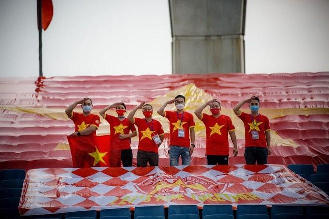 CĐV treo đại kỳ trên sân Mỹ Đình tiếp sức tuyển Việt Nam đấu Australia ảnh 2