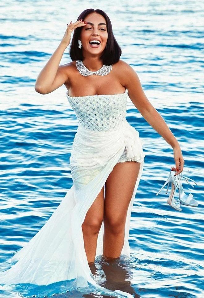 Bạn gái Ronaldo khoe đường cong cơ thể khi diện váy trắng xuống biển ảnh 1