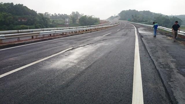 Cao tốc Nội Bài- Lào Cai vừa khánh thành đã xuất hiện nứt ảnh 1