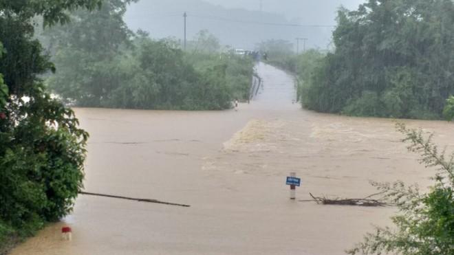 Miền Trung mưa lũ kinh hoàng, 12 người chết và mất tích, hàng chục nghìn người phải sơ tán ảnh 2