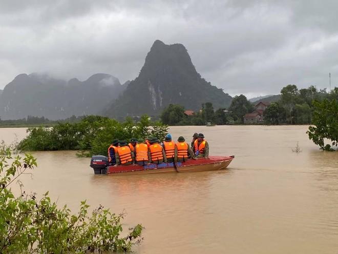 Miền Trung mưa lũ kinh hoàng, 12 người chết và mất tích, hàng chục nghìn người phải sơ tán ảnh 1