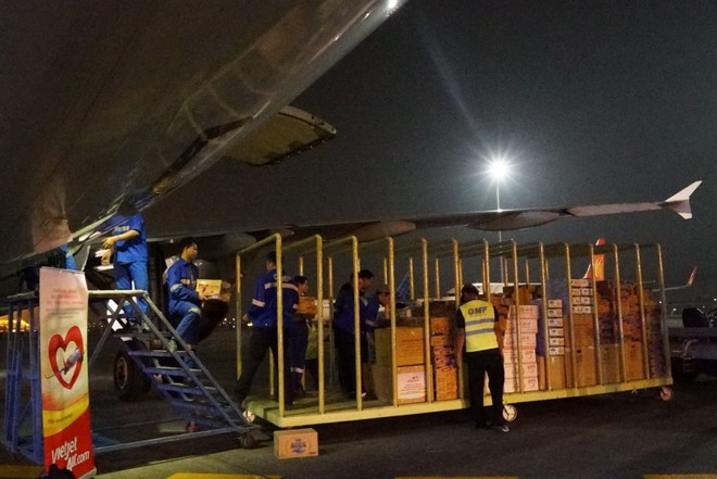 Hàng không đồng loạt nhận chuyển hàng cứu trợ miền Trung miễn phí ảnh 1
