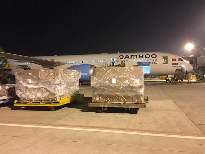 Hàng không đồng loạt nhận chuyển hàng cứu trợ miền Trung miễn phí ảnh 2