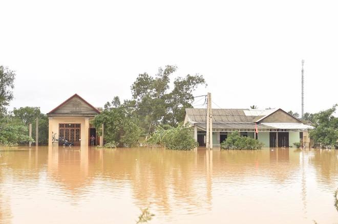 Mưa vẫn trút xuống miền Trung, thủy điện đồng thời xả lũ, đã có 124 người chết và mất tích ảnh 1
